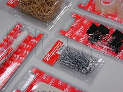 Materiały biurowe pakowane w formię wytłaczaną na maszynie termoformującej.