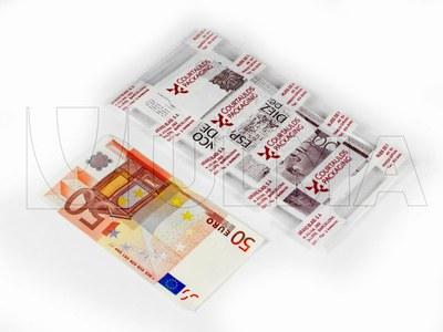 Pieniądze pakowane w folię miękką na maszynie termoformującej.