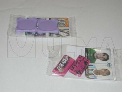 Broszury, naklejki i gumy do żucia pakowane na poziomej maszynie pakującej (HFFS).