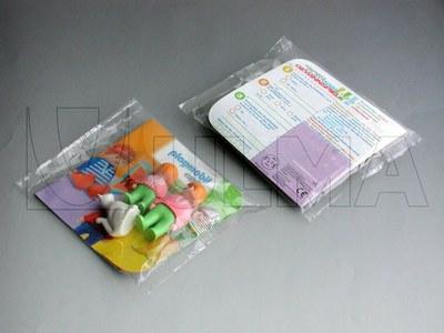 Zabawki na podkładce tekturowej pakowane na flow packu poziomym (HFFS).
