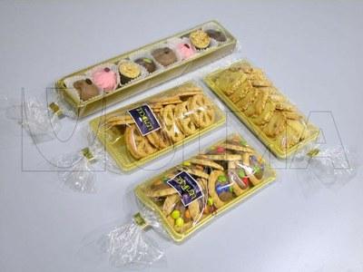 Ciastka  pakowane na tacce w opakowanie z zaciskiem po jednej stronie folii.
