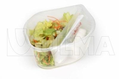 Świerza sałatka pakowana na twardej tacce w atmosferze modyfikowanej na traysealerze.